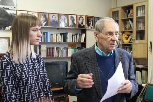 Николай Година разбирает стихи молодого поэта на семинаре в Союзе Писателей Челябинской области 2019 г.