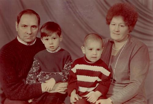 Н.Година_и_его_жена_с_внуками_Антоном_и_Максимом,_1991_год.